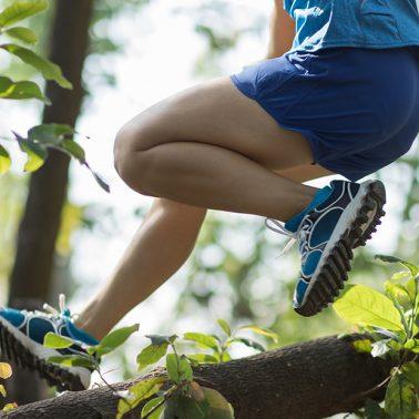 Zdjęcie ilustracja przedstawiająca biegacza podczas pokonywania przeszkód.
