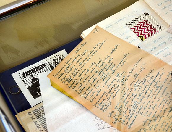 Listy i zeszyty wystawione na gablocie w salonie muzyczny im. Feliksa Nowowiejskiego w Barczewie.