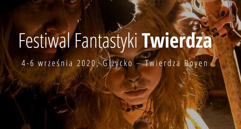 Zdjęcie przedstawia dwóch pomalowanych i przebranych uczestników Festiwalu Fantastyki w Giżycku.