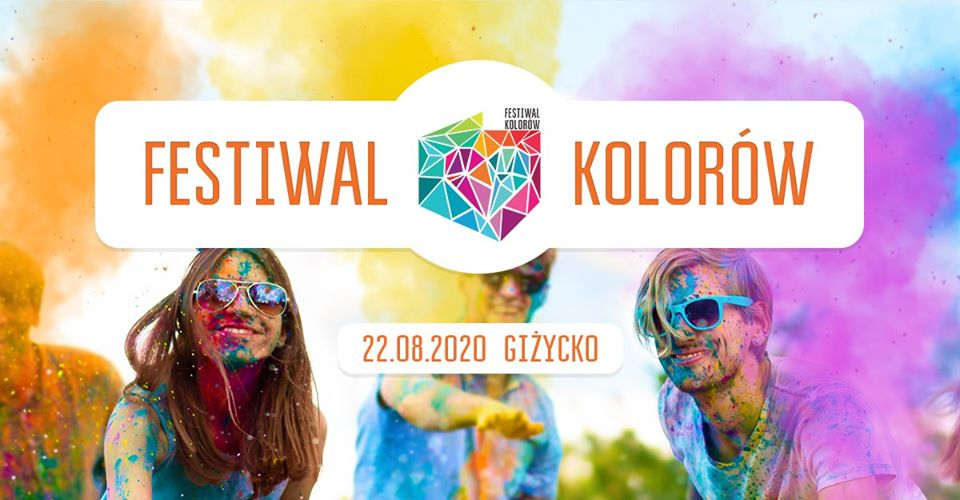 Na zdjęciu widać trzech uczestników festiwalu kolorów w Giżycku, którzy brudni są od kolorowego proszku, wyrzucanego na uczestników koncertu.