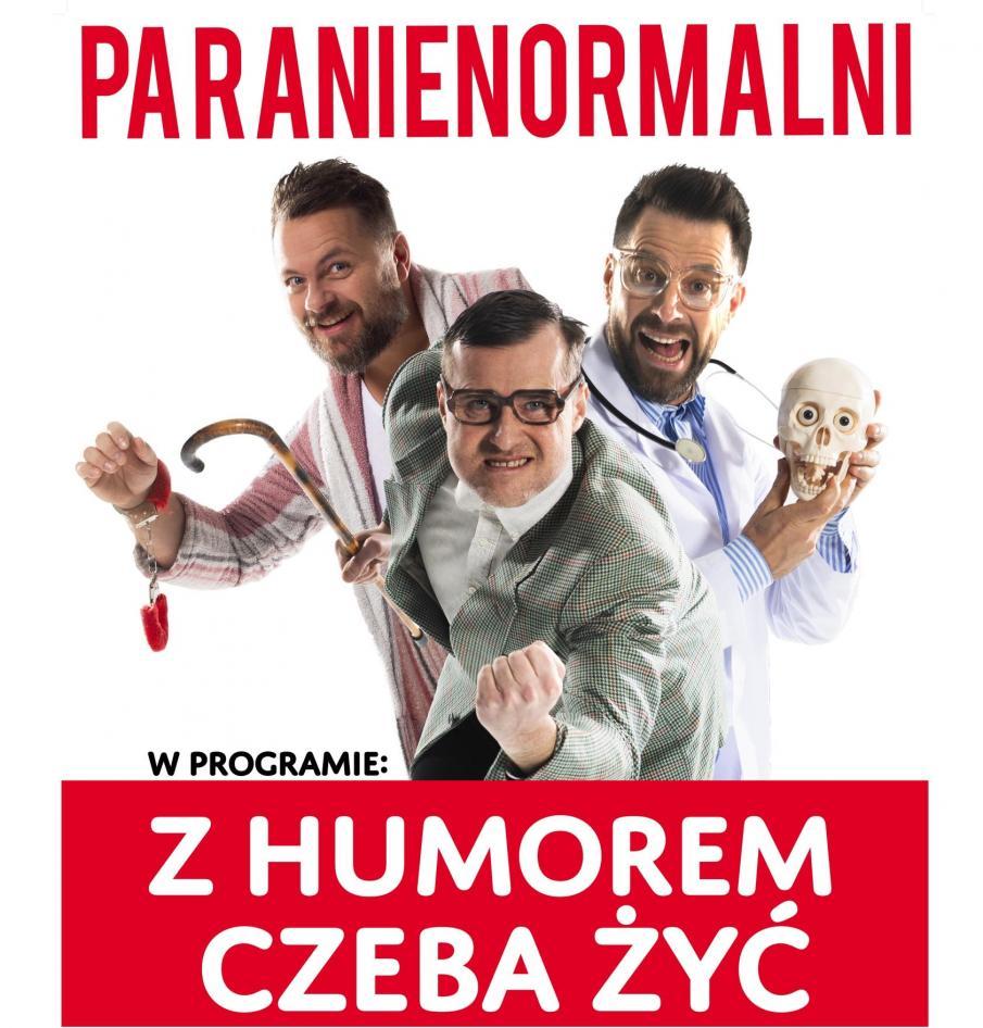 Zdjęcie - plakat zapraszający na występy Kabaretu Paranienormalni. Na plakacie trzech członków Kabaretu w pozach satyrycznych.