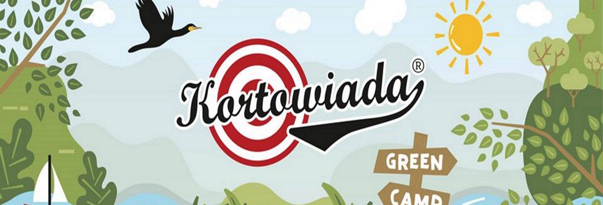 Plakat - zdjęcie zapraszające na Festiwal Studencki Kortowiada 2020. Plakat graficzny, który przedstawia elementy jeziora, zielonej wyspy i roślinności a na tym tle widać słońce, lecącego ptaka oraz małą łódkę. Po środku napis Kortowiada.