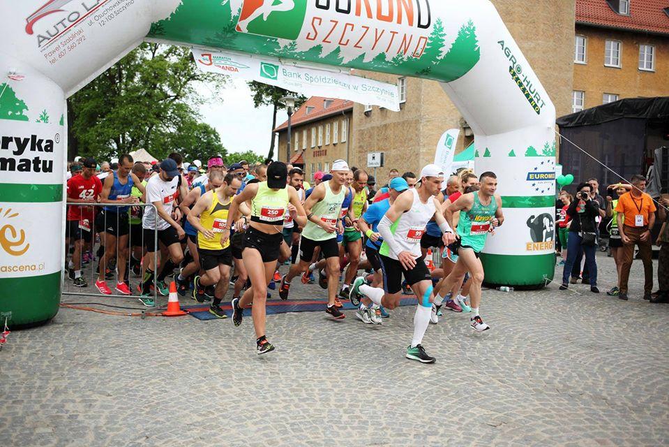 Zdjęcie przedstawiające star biegu Maratonu Juranda w Szczytnie. Na zdjęciu zawodnicy rozpoczynający rywalizacje biegową - star zawodów.