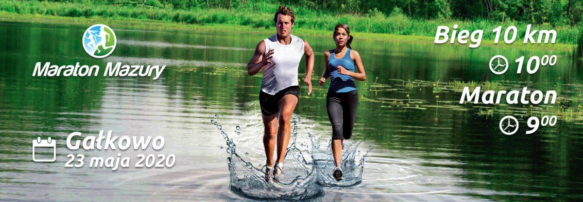 Oficjalne zdjęcie zawodów w Gałkowie na którym widać kobietę i mężczyznę biegnących po wodzie - rzeka Krutynia.
