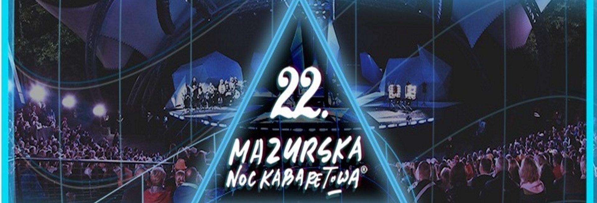 Zdjęcie - plakat przedstawiający publiczność podczas występu w amfiteatrze w Mrągowie. Kolor plakatu niebieski. Na plakacie napis zapraszający na Mazurską Noc Kabaretową.