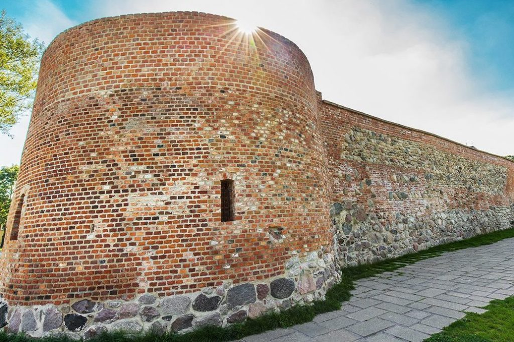 Zdjęcie przedstawia fragment ceglanego muru fortyfikacji.