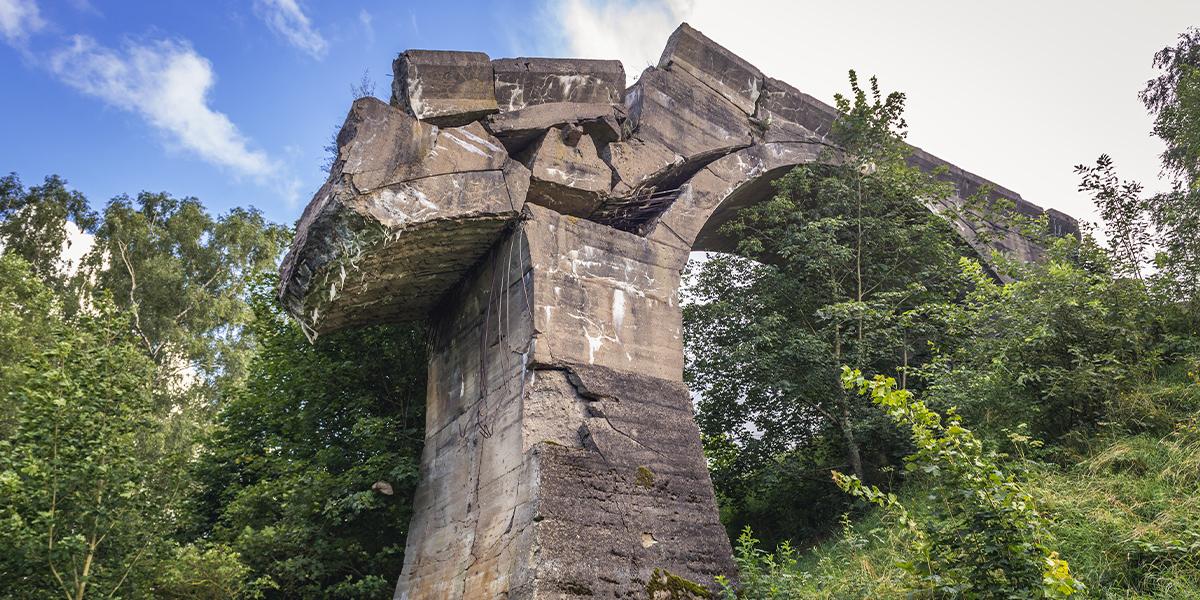 Zdjęcie przedstawia zniszczony żelbetowy most kolejowy znajdujący się niedaleko miejscowości Kruklanki. Z mostu, który był jednym z najdłuższych na Mazurach zostało jedynie jedno przęsło, a zniszczony został przez mieszkańców w celu zapobiegania powojennej grabieży.