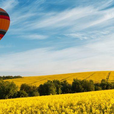 Zdjęcie ilustracja zapraszająca na 3. edycję Fiesty Balonowej Iława 2020, która odbędzie się w dniach 11-13 września. Na zdjęciu dwa balony podczas lotu.