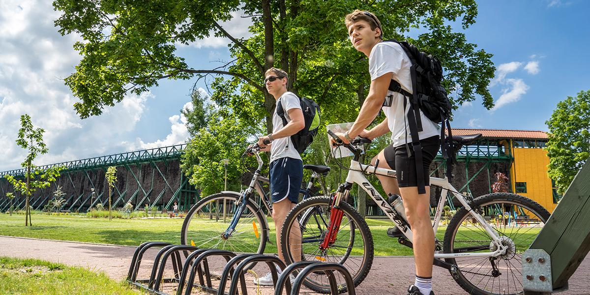 Dwóch rowerzystów na rowerach górskich podczas postoju na ścieżce rowerowej w Gołdapi.