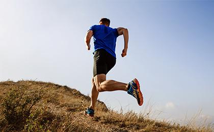 Zdjęcie ilustracja przedstawiająca biegacza podczas pokonywania trasy zawodów.