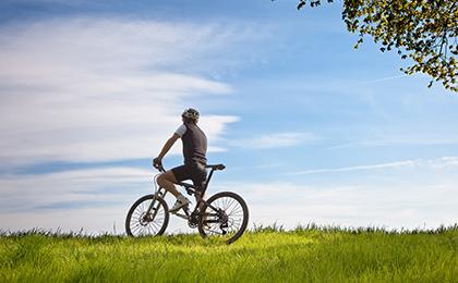 Zdjęcie ilustracja przedstawiająca rowerzystę podczas wyjazdu w teren.