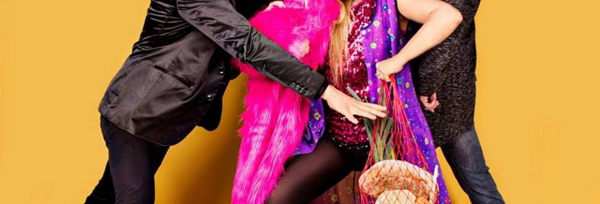 """Zdjęcie zapraszające 26 marca do Giżycka na Kabaret Jurki """"Last minute"""". Na zdjęciu wykonawcy kabaretu Jurki podczas odgrywania sceny kabaretowej."""