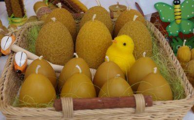 Zdjęcie zapraszające do Olecka na 7. edycję Jarmarku Wielkanocnego Olecko 2020. Na zdjęciu pisanki oferowane na poprzednich edycjach Jarmarku Wielkanocnego w Olecku.