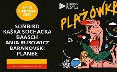 """Plakat graficzny zapraszający w dniach 14-15 sierpnia 2020 r. do Olsztyna na Olsztyński Green Festival """"Plażówka"""" 2020. Na plakacie wypisani wykonawcy występujący na festivalu oraz graficzne postacie kobiety i mężczyzny, wypoczywających na plaży. Plakat posiada czarne tło."""