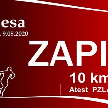 Plakat zapraszający do uczestnictwa w 15 edycji Biegu Filipidesa - Pasłęk 2020. Plakat graficzny tło czerwone z napisami, zapraszającymi do zapisania się do biegu.