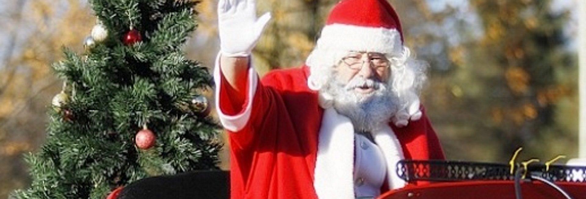 Zdjęcie zapraszające na Rotariańską Choinkę 2020 dla Dzieci w Porcie Ekomarina w Giżycku. Na zdjęciu Św. Mikołaj wjeżdżający na saniach podczas zeszłorocznej choinki w Giżycku.