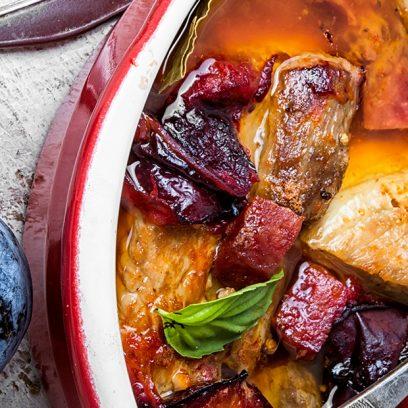 Micha a w niej potrawa z dziczyzny w której znajdziemy mięso, ziemniaki, warzywa, włoszczyznę a wszystko to przyprawione własnym sosem. Na daniu widoczna łyżka a obok glinianej michy czosnek, pieprz i mazurska śliwka.