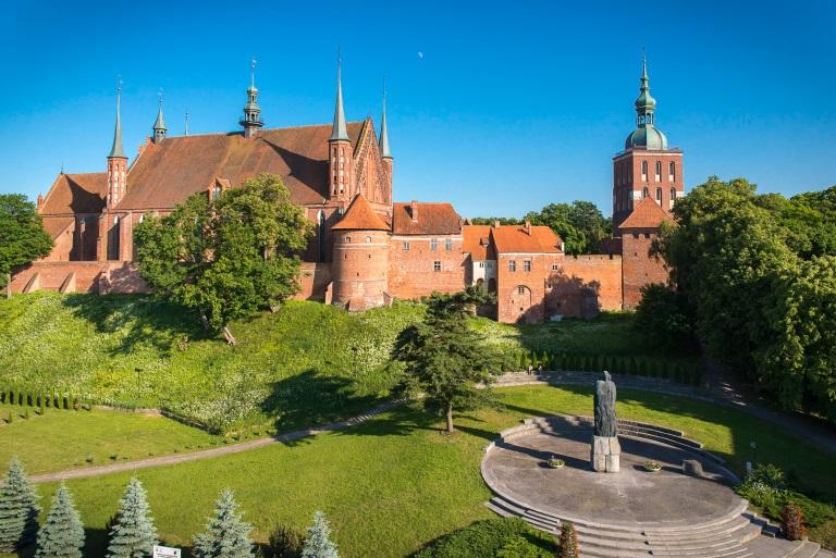 Panorama warownej katedry kapituły warmińskiej - bazylika katedralna we Fromborku.