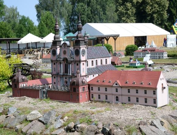 Mazurski Park Zabaw i Edukacji - Mazurolandia. Na zdjęciu replika Bazyliki w Św. Lipce w skali 1:25. Wierne odwzorowanie budynku Kościoła i kurii.