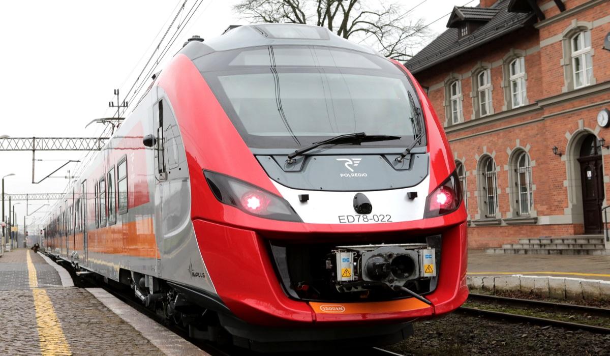 Zdjęcie lokomotywy, przedniego składu pociągu na peronie dworca PKP.