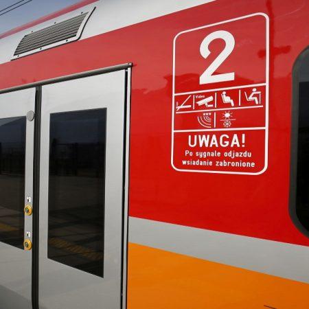 Zdjęcie wagonów na peronie dworca PKP.