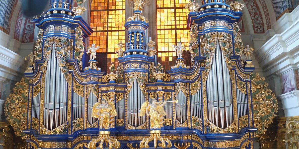 Zdjęcie przedstawia organy w Sanktuarium Matki Bożej w Św. Lipce.