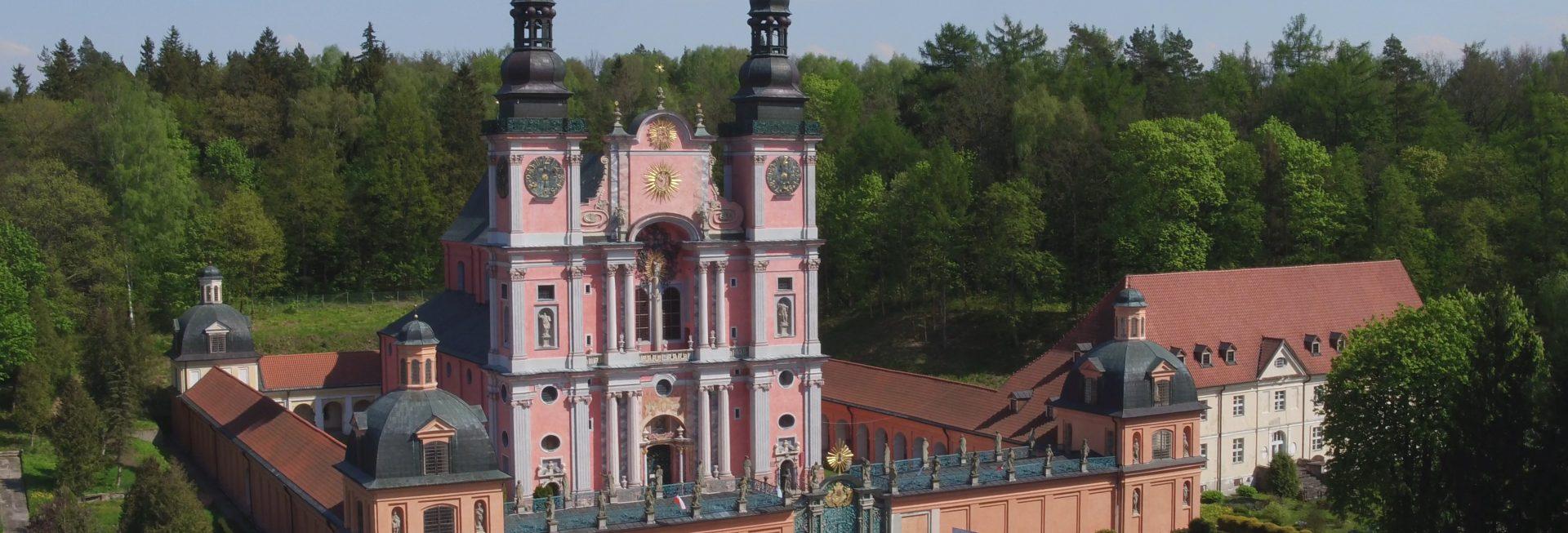 Zdjęcie z lotu ptaka panoramy Sanktuarium Matki Bożej w Św. Lipce.