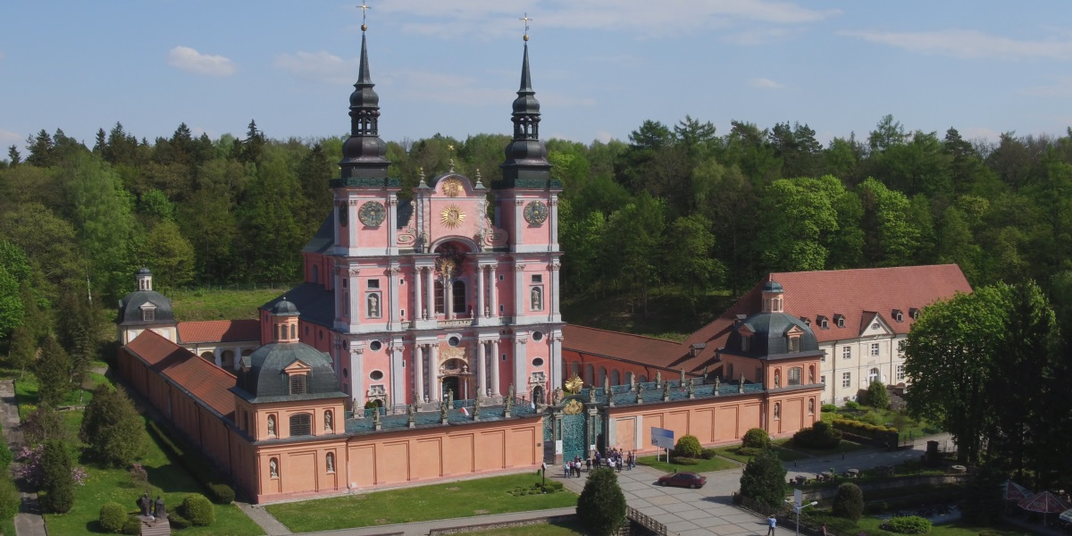 Sanktuarium maryjne w Św. Lipce z lotu ptaka. Na zdjęciu bazylika oraz po prawej stronie klasztor w Św. Lipce.