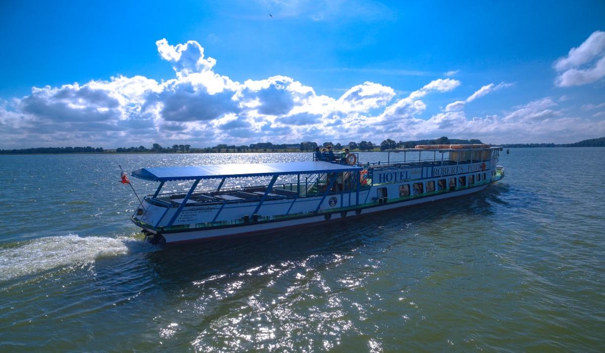 """Na zdjęciu panorama statku wycieczkowego """"Kazimierz"""" pływającego po jeziorze Tałty."""