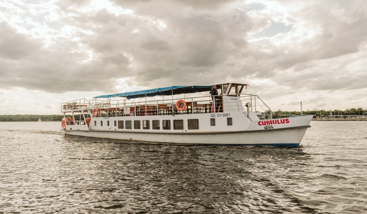 """Na zdjęciu statek wycieczkowy """"Cumulus"""" Małej Floty w Giżycku pływający po jeziorze Niegocin."""