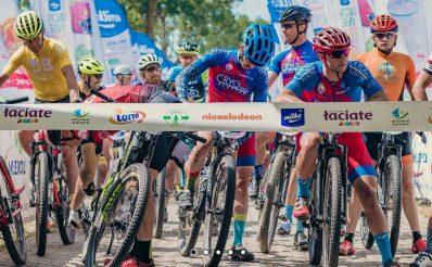 Zdjęcie przedstawia zawodników na rowerach górskich na starcie Milko Mazury MTB tuż przed rozpoczęciem zawodów.