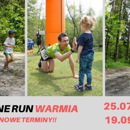 """Plakat zapraszający do Rusi na zawody biegowe Leśne Run Warmia Ruś 2020. Na plakacie terminy biegów rozgrywanych w 2020 r. Plaka składa się z trzech zdjęć. Na pierwszym od lewej widzimy biegacza z kijkami i towarzyszącą mu małą dziewczynką. Na drugim biegacza na mecie, który przybija """"piątkę"""" z dziewczynką a na trzecim tego samego biegacza podczas pokonywania trasy."""