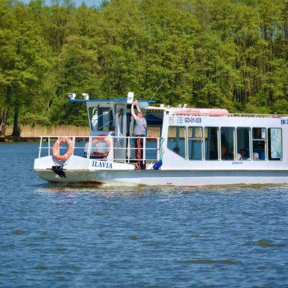 Statek Ilavia z Iławy pływający po jeziorze Jeziorak.