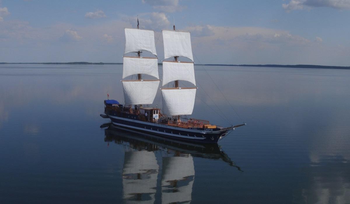 """Na zdjęciu panorama statku wycieczkowego """"Chopin"""" pływającego po jeziorze Śniardwy."""