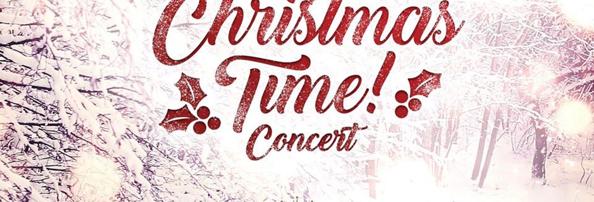 Plakat graficzny zapraszający na Koncert Christmas Time! - Concert Elbląg 2020. Plakat posiada tło oszronionego i zaśnieżonego lasu z napisem koloru czerwonego Christmas Time! - Concert.