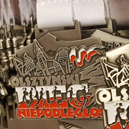 Zdjęcie przedstawia medale Olsztyńskiego Biegu Niepodległości - Olsztyn 2020.