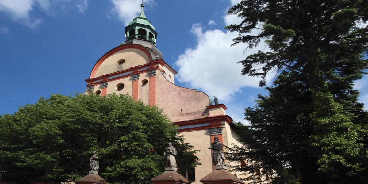 Zdjęcie Sanktuarium Krwi Chrystusa w Bisztynku. Zdjęcie przedstawia front kościoła ukazujące także wieżę kościelną.