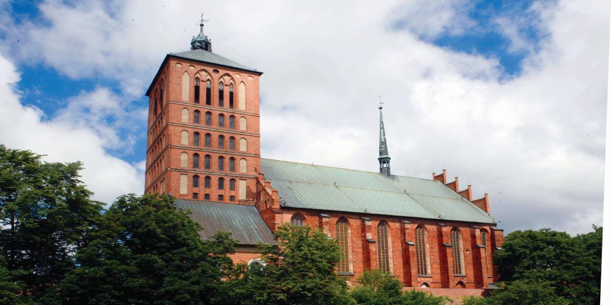 Zdjęcie - panorama Bazyliki Św. Katarzyny Aleksandryjskiej w Braniewie.