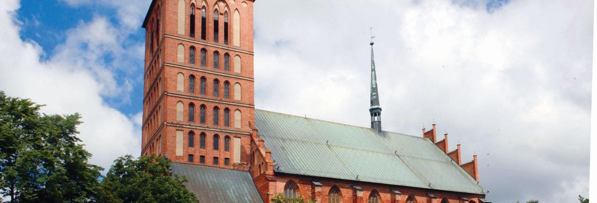 Zdjęcie Bazyliki Św. Katarzyny Aleksandryjskiej w Braniewie. Zdjęcie ukazuje z bocznej strony cały budynek Bazyliki.