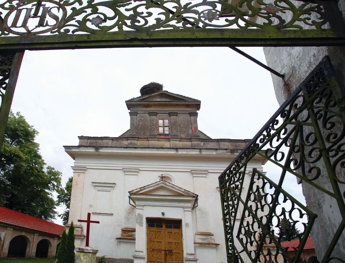 Zdjęcie od frontu Kościoła Podwyższenia Krzyża w Chwalęcinie.