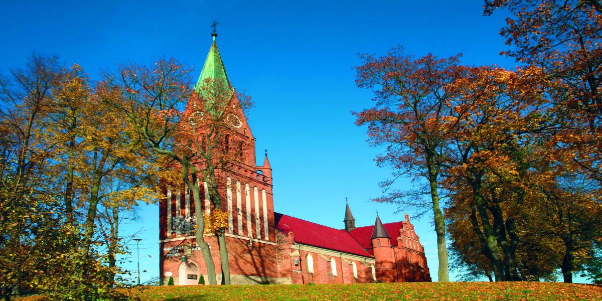 Panoramiczne zdjęcie Sanktuarium Matki Bożej Gietrzwałckiej w Gietrzwałdzie, wykonane jesienią przy słonecznej pogodzie.