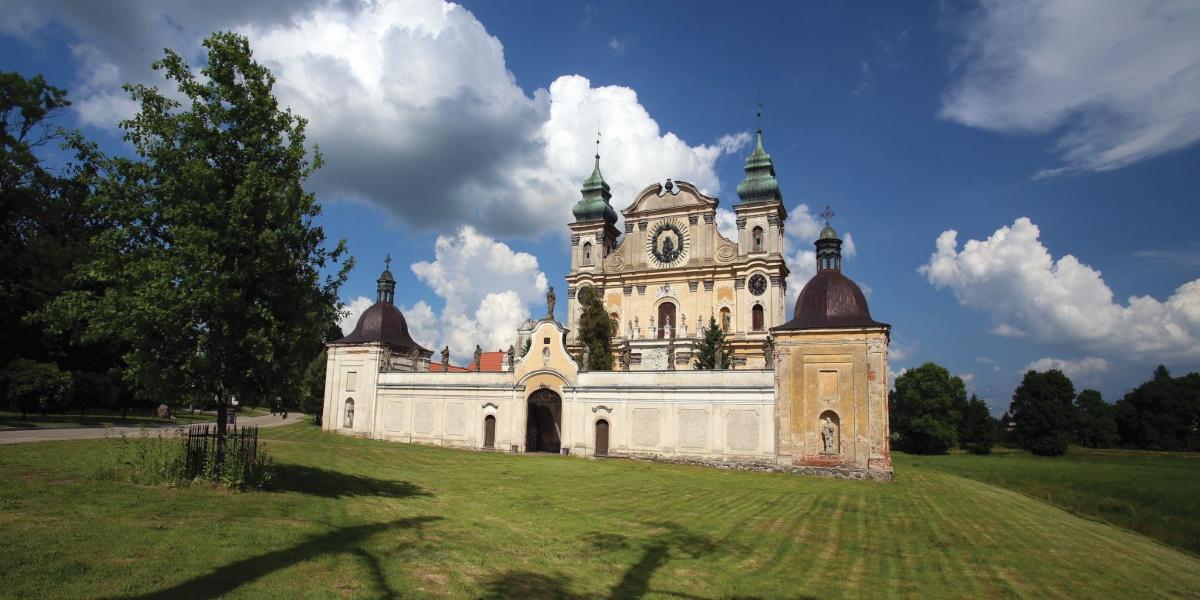 Zdjęcie Sanktuarium w Krośnie od strony frontowej.