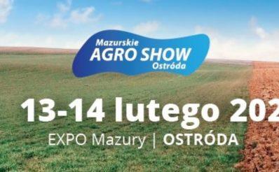 Plakat graficzny zapraszający do Ostródy na Mazurskie AGRO SHOW - Ostróda 2021. 2/3 plakatu to tło zielonej łąki. 1/3 plaktu prawa strona, to zaorane pole. Na plakacie napisy i data imprezy.