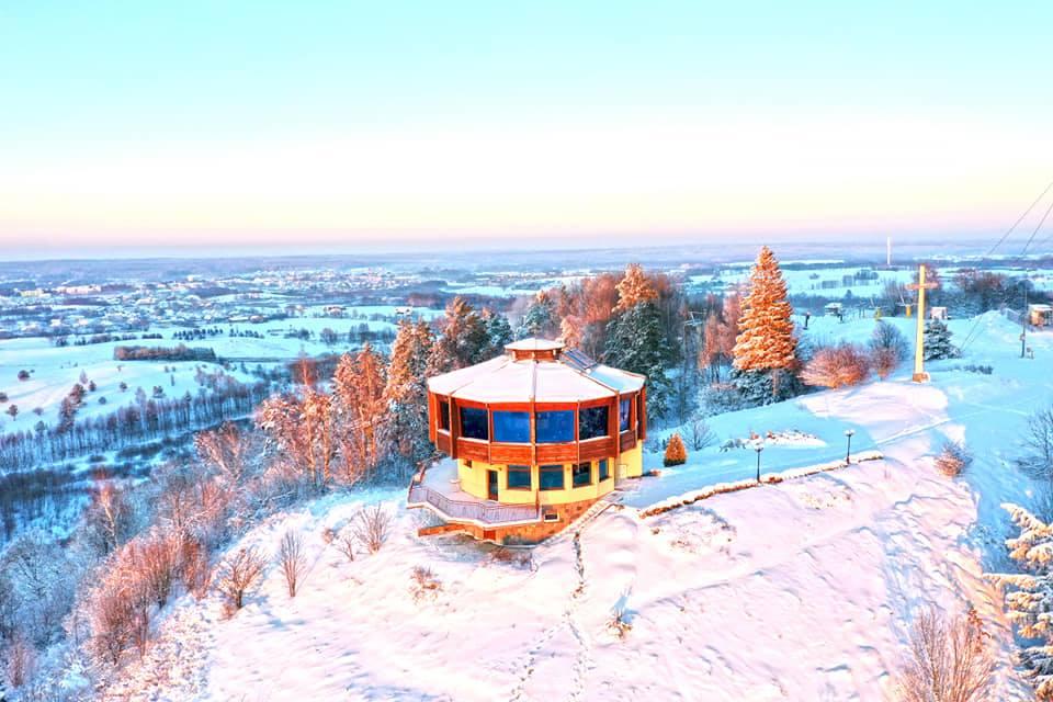 Panorama zimą restauracji na wyciągu narciarskim w Pięknej Górze w Gołdapi.