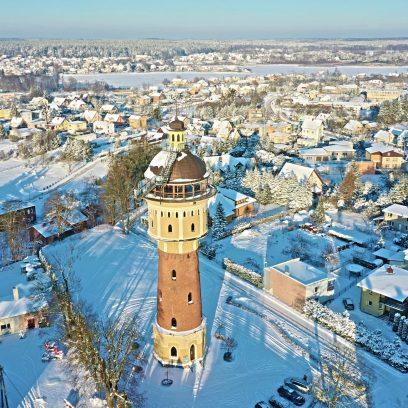 Panorama miasta Gołdap zimą. Na zdjęciu wieża ciśnień w Gołdapi i dalsza panorama miasta.
