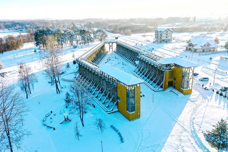 Panorama tężni solankowych zimą w Gołdapi z lotu ptaka.