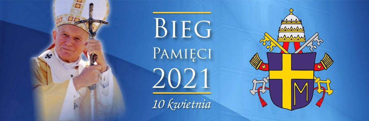 Plakat graficzny zapraszający do Braniewa na cykliczną imprezę biegową Bieg Pamięci - Braniewo 2021. Na plakacie zdjęcie Jana Pawłą II oraz herb Stolicy Apostolskiej.