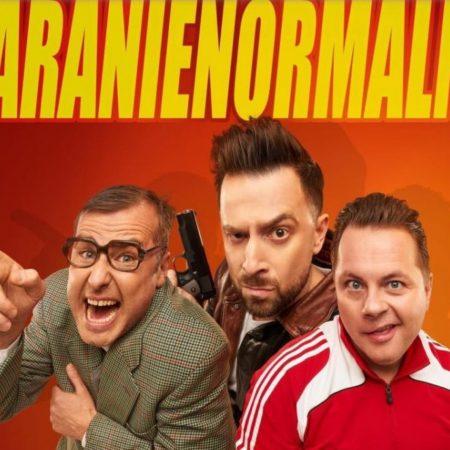 """Plakat zapraszający do Braniewa na występ Kabaretu Paranienormalni """"Bez znieczulenia"""" 2021. Na zdjęciu widzimy trzech artystów z kabaretu w różnych pozach satyrycznych."""