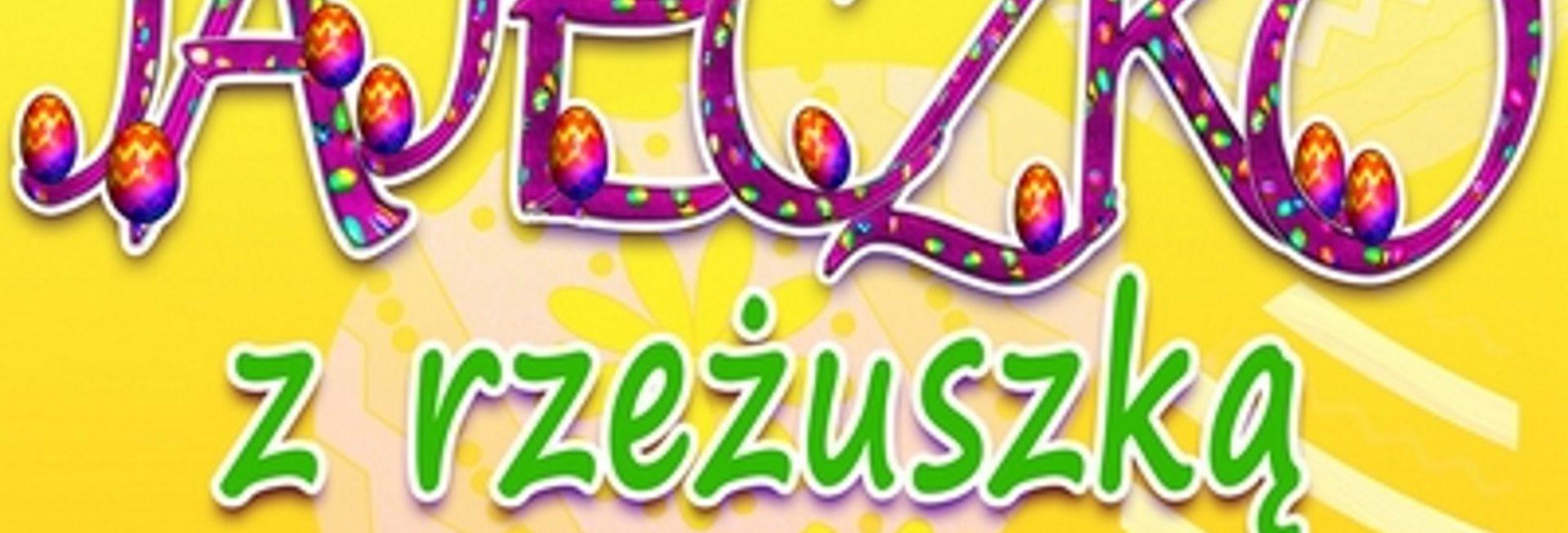 Plakat zapraszający do Gołdapi na cykliczna imprezę Kiermasz Wielkanocny - Jajeczko z Rzeżuszką - Gołdap 2021. Plakat o żółtym tle na którym wydrukowany jest napis Kiermasz Wielkanocny Jajeczko z rzeżuszką.