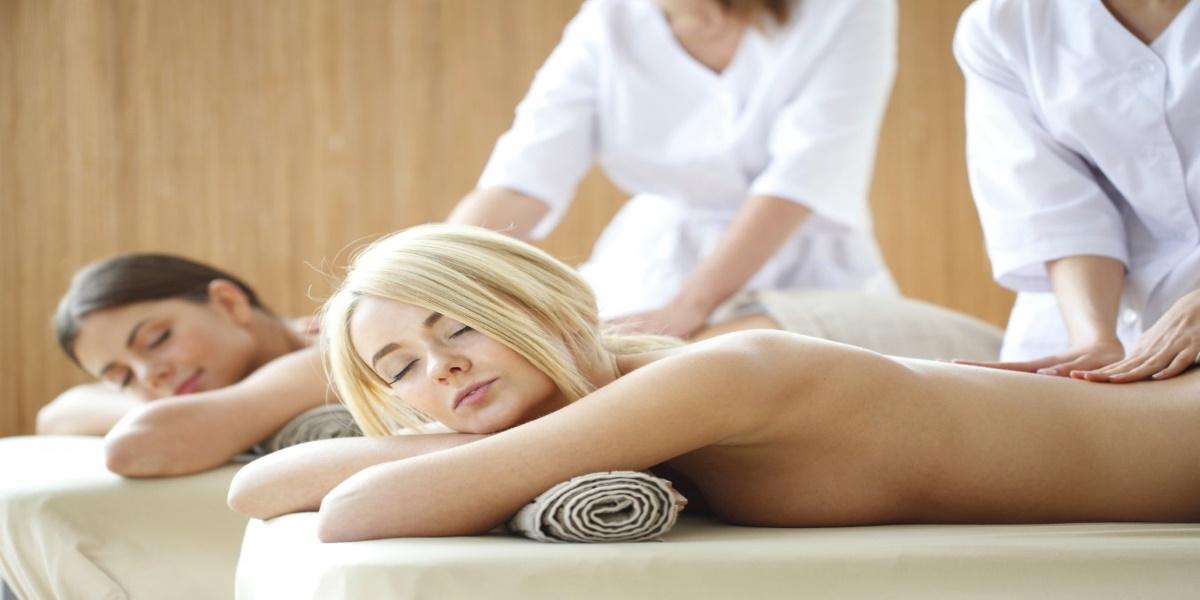 Spa w hotelu Zamek Ryn. Na zdjęciu masaż ciała - pleców wykonywany na dwóch paniach.